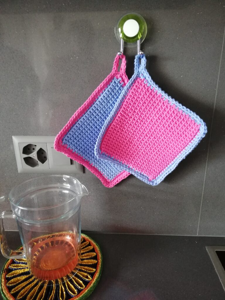 Colourful potholders for a cheerful and glamorous kitchen